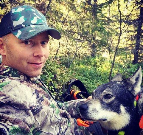 MENER ULVEN TAR FOR MYE: – Endelig til skogs! sier Jon Steinar Vangen. Han ønsker jegerne en god jakt, men ber alle være måteholdne med avskytingen for å få opp elgstammen.