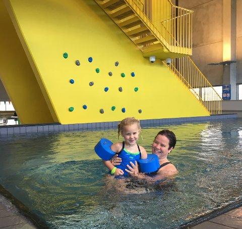 BADEGLEDE: Disse to fornøyde gjestene var av de aller første som fikk ta i bruk splitter nye Nes svømmehall.