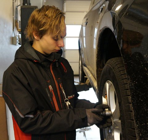 SESONGARBEID: Å hjelpe kunder med å få byttet til vinterhjul er en viktig del av jobben til bilmekanikerlæring Bror Arne Gjerde på Grua auto.