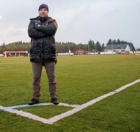 FORTVILET OVER SITUASJONEN: - Det er rett og slett et problem, sier Karl Johan Ferkingstad om den dårlige kunstgressbanen til Kolnes IL, der han er leder i fotballgruppa.