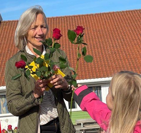 REKTORS AVSKJED: Reidun Rødeseike fikk roser av elevene som takk for sin innsats som rektor ved Rossabø skole.