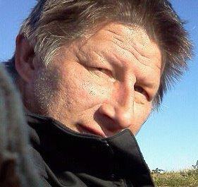SØPPELHENTING: Odd Helge Sukuvara i Golnes utenfor Vadsø ble overrasket da papirsøpla hans ble hentet på kvelden 1. mai.