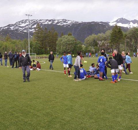 Pause: En pust i bakken før kamp under NNM i fotball for asylanter på Svenningsletta stadion i Svolvær 15. juni 2017.