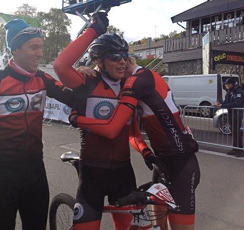 HØYDEPUNKTET: Her jubler Knut Erik Nesteby (til venstre) og Eirik Fiskvik (til høyre) for Anders Fiskvik sitt NM-gull i terrengsykling på Geilo i september 2013.