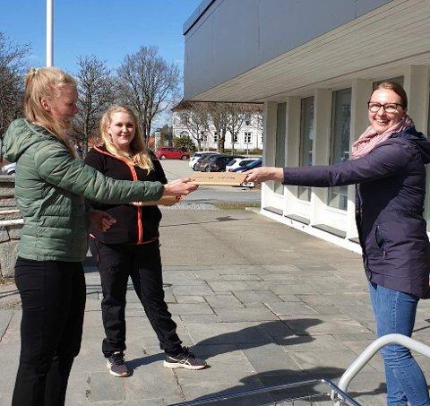 UTLÅN: Jeanette Woll (t.h.) ved Rakkestad bibliotek delte ut bokpakke til Natalie Hansen (f.v.) og Julie Lødengen.