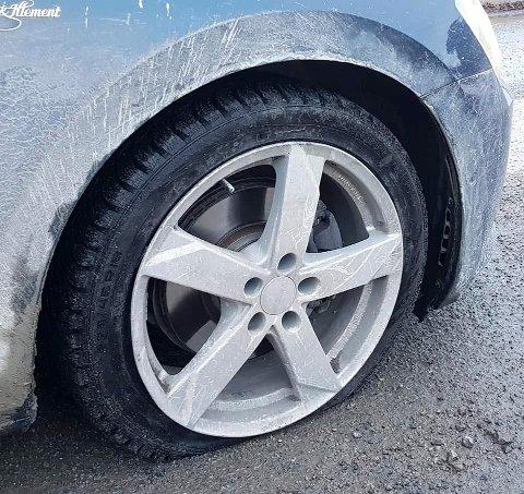 Ødelagt: Både dekk og felg foran og bak på bilen til Atle Strand må fikses etter det ublide møtet med asfalthullet sør for Steinsvingen i Moelv.