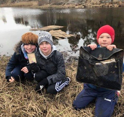 KRIMTEKNISK: (f. v.) Philip, Teodor og Emil med bevisene de fisket opp av tjernet. Ledetrådene brukte guttene til å knekke en 32 år gammel cold case.