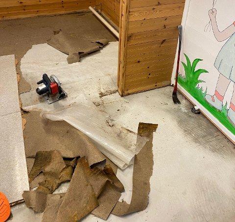 Omfattende skader: Gulvet må rives og byttes etter vannlekkasje på avdelingen. Foto: Rakkestad kommune.