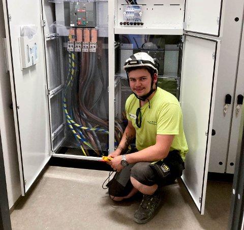 TRIVES I YRKET: Emil Fog utfører en sluttkontroll av et el-anlegg. Han elsker jobben som elektriker.
