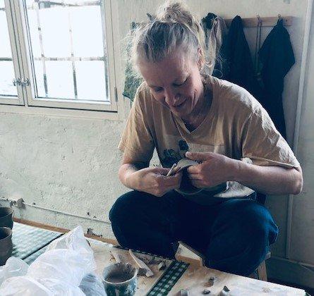HANDVERKAR: Kristine Næss synest det er mykje kjekkare å sitja saman med andre og jobba med keramikk, derfor har ho opna ein verkstad der folk kan leiga seg plass i nokre timar.