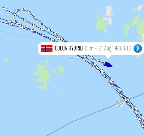 VISER RUTA: Denne skjermdumpen fra Marine Traffic viser at Color Hybrid bråsnudde og var i gang med hjelpeaksjonen ved 19.10-tiden.