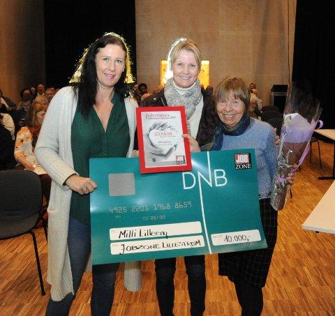 VINNER FRA NITTEDAL: Monica Skutlaberg Helt (f.v.) og Gitte Gryttenholm fra Jobbzone Lillestrøm, delte ut prisen til Milli Lilleeng i 2017.