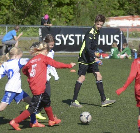 Uten dommere er det vanskelig å få gjennomført fotballkamper. Nordland Fotballkrets har mistet 200 dommere siden i fjor. Bildet er fra en ungdomsturnering i 2015.