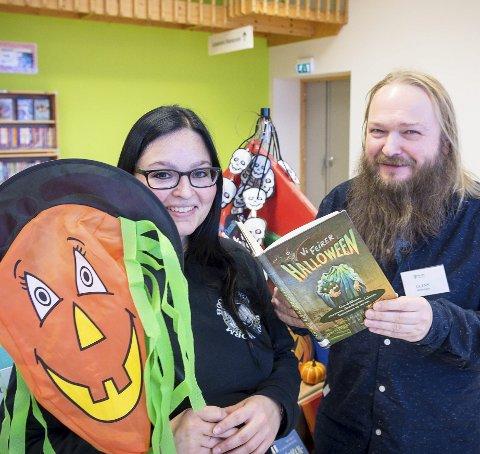 Klar til Halloween: Biblioteksjef Kerstin Gierlich og Glenn Fagervik. Foto: Johan Votvik