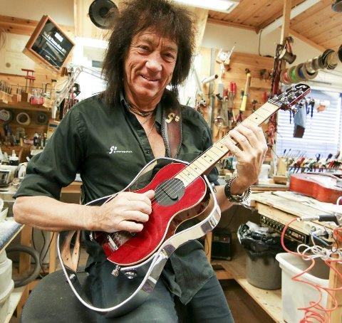 Liten ble stor: Noen ganger kommer det an på størrelsen. Øivin Fjeld mener gissgitaren føles mer som en vanlig gitar med påskudd aluminiumsramme.Foto: Thomas H. Arntsen