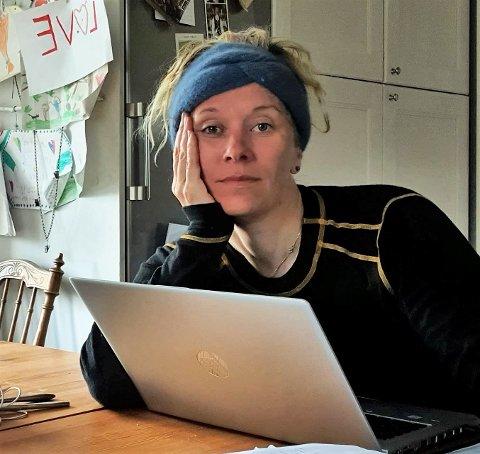 HJEMMEKONTOR: Bjørg Jacobsen skulle gjerne hatt selskap av de tre sønnene på hjemmekontor på Bokenes gård på Bokerød. Men de måtte dra onsdag til faren i Tistedal for å ha hjemmeskole på grunn av nettrøbbel hjemme. – Vi trenger fiber, sier hun.