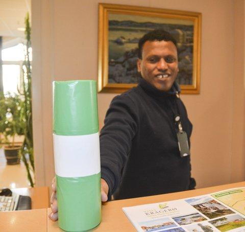 Ikke nedbrytbare: Selah Selim ved servicekontoret i Kragerø kommune, med matavfallsposene som blir brent i Greve biogass i Vestfold og omgjort til biogass og gjødsel.
