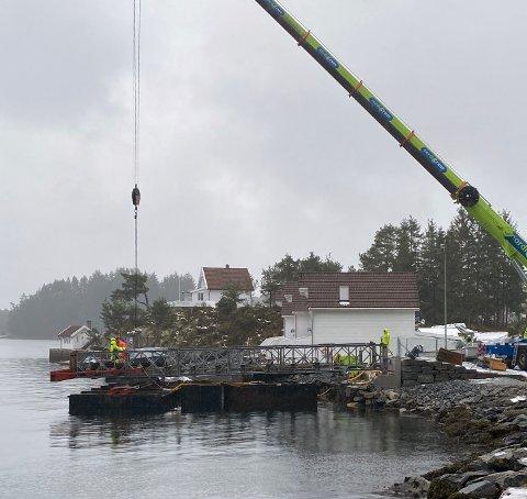 Den mellombelse snøggbåtkaien på Ranavik nærmar seg ferdigstilling. (Mobilfoto: Peder Sjo Slettebø).