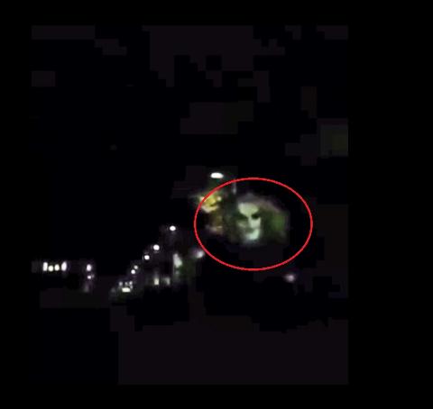 KLOVN I MYSEN: Dette klippet fra videoen til Aram Akam viser klovnen i Mysen sentrum.
