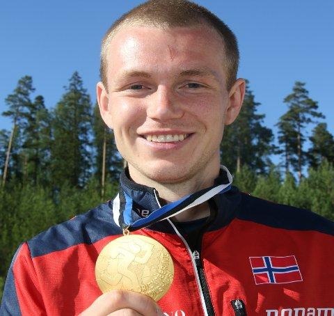 GULLGUTTEN: Eskil Kinneberg viser fram det første VM-gullet. Målet er at det skal få følge av flere.