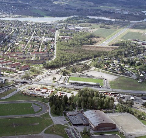 TETT PÅ BYEN: Flyfoto fra Kjeller og Lillestrøm, som viser nærheten til dagens by.