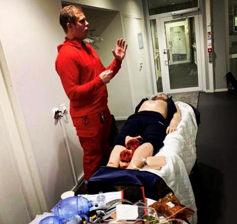 Her demonstrerer Marius Dimmen fra Ambulansetjenesten ved SUS hvordan de kan øve på traumedokken. (foto: Sandnes Sparebank)