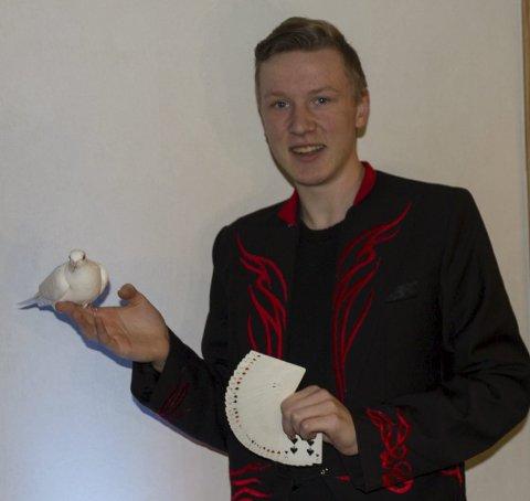 Øvelse gjør mester: Mikkel Nicholas Haug (16) bruker mye tid på trylling.          Hver eneste dag øver han flere timer. I november skal han delta i NM.   FOTO: Karl Sæther