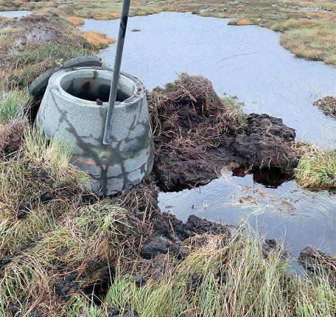 SKADER: Lynet slo ned i denne kummen, noe som førte til at den sprakk. På bildet ser vi at jord er kastet opp av det kraftige smellet. 50 meter bortenfor slo lynet hull på selve vannledningen.