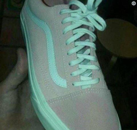 HVA SER DU? Folk strides om fargen på disse skoene.
