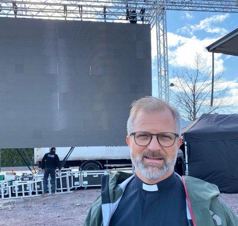 TORGGUDSTJENESTE: Sogneprest Sjur Askjer i Søndre Slagen er spent på hvordan responsen på søndagens drive-in gudstjeneste kommer til å bli.