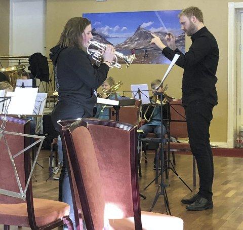 Solist: Thea Rogne Andersen imponerte som solist med Valdres Junior Brass Band i stykket Riv i hjertet. Dirigent Rune Furøy Johansen.Foto: Kaja Funder Idstad