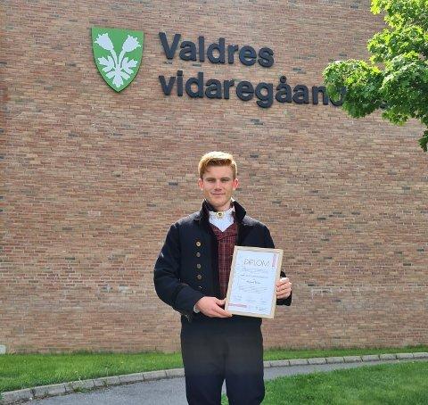 Pris i hånd: Vegard Thon foran skolen, rett etter å ha mottatt prisen.