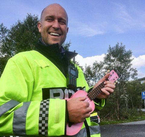 SYNGENDE POLITI: Anders Brennhaug på jobb i UP tar en trall med rosa ukulele.