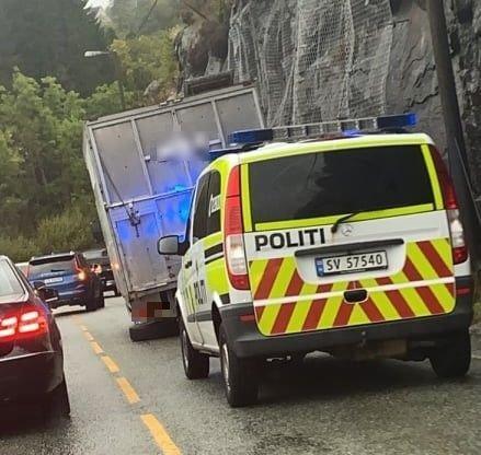 Ein lastebil mista hjulet i bakken ned mot Isdalstø fredag ettermiddag.