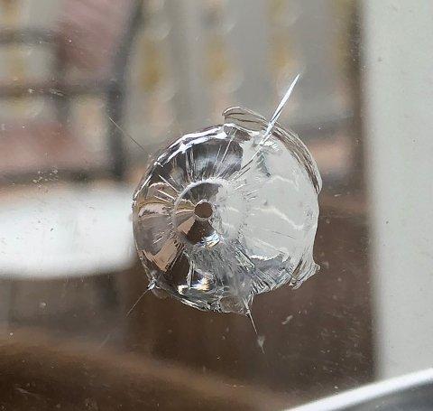 Klare spor: Her er ett av to kulehull som ble funnet i vindusglassene på huset.