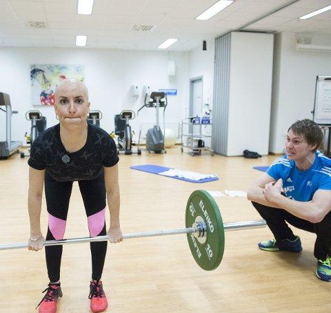 Marte gir alt på trening og skryter mye av støtten hun har fått ved Haukeland sykehus, Her med idrettspedagog Rune Loven.