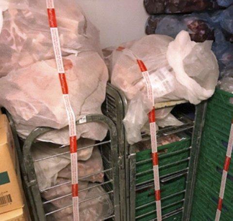 Hos den ene butikken som ble stengt ble det også tatt beslag i 13 kilo kjøtt på grunn av dårlig hygiene, feilmerking samt manglende dokumentasjon av holdbarhet og leverandør.