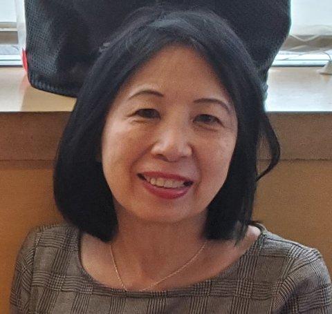 Sze Sze Tobias fra Malaysia, bor nå i USA. Etter er flere tiår fra sin venninne Anne fra Bergen, vil hun ta opp kontakten igjen.