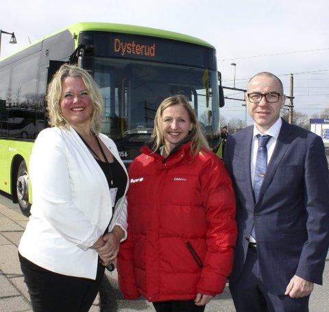 LANSERING: Gro Janborg sammen med ordførerne Grete Sjøli og Tom Staahle under lanseringen av det nye busstilbudet.