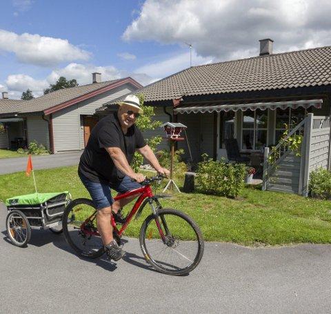 Trives hjemme: På terrassen hjemme i Hagebyen finner Lorentz ro og inspirasjon. Sykkelen er en god følgesvenn og her er han på vei til Skotterud for å handle. Bilder: Kjell R. Hermansen