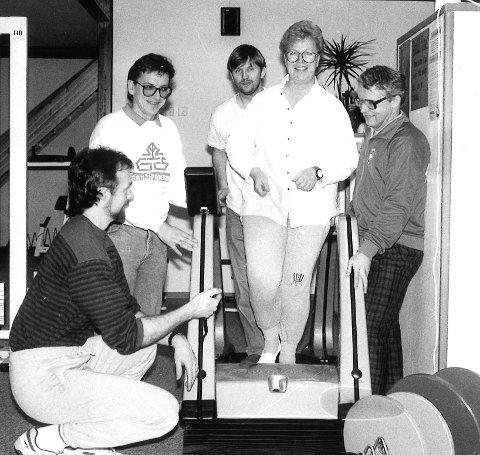 STARTEN: Hadelandsløpet var forløperen til Viggaløpet. Daværende redaktør i avisen Hadeland, Marit Aschehoug, tok på seg oppgaven med å være løpets maskot. Her sammen med journalist Jarle Mordal, Ole Haugom (til venstre), Per Olav Kløvstad og Thor Olsen.