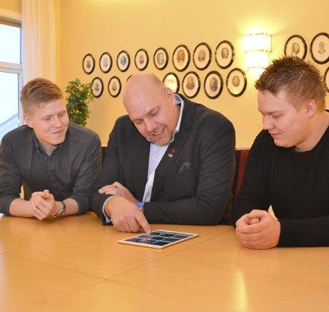 Stor tro på karene: – Dette er entreprenørskap på sitt aller beste, sier ordfører Hans-Jacob Bønå (45), her flankert av Kristian Aslaksen (23) og Henrik Hansen (23).