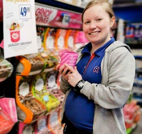 KJØPMANN: Ida Halvorsen er kjøpmann på Rema-butikken i Kautokeino. Det siste halvåret har hun vært ute i mammapermisjon, men selv om hun har vært opptatt med andre ting, så har butikken økt omsetningen.