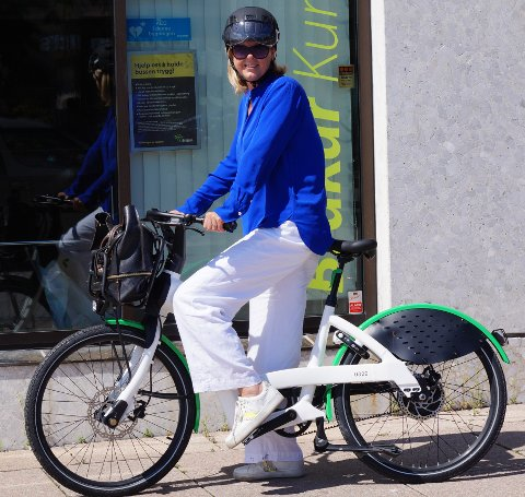 ELBYSYKKEL: Salgs- og markedssjef Kjersti Nordgård i Brakar tester den nye elbysykkelen og gleder seg til de skal settes i drift i Kongsberg i august.