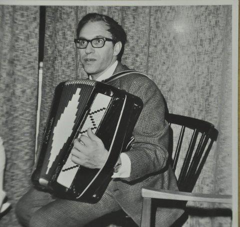 Musiker: I tillegg til å være journalist og forfatter, var Sandvik også en dyktig musiker. Han spilte både trekkspill og klarinett.