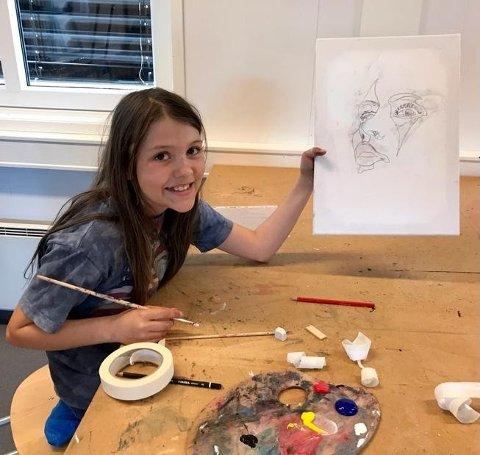 TEGNER: Johanna Sofia Paasche viser stolt fram sitt skisserte kunstverk.