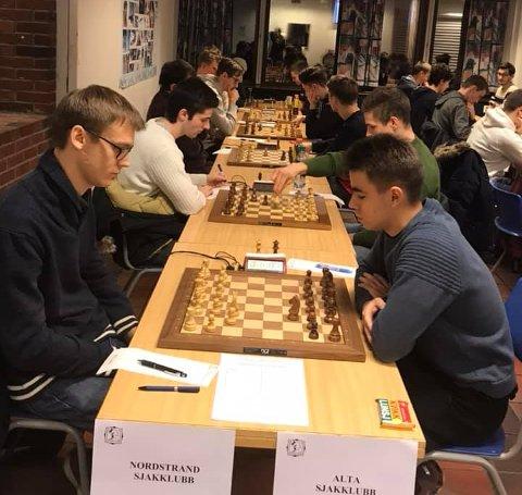 På bildet: GM Erik Blomqvist på 1. bordet og GM Johan Salomon på 2. bordet mot Alta. Foto: Tor Gulbrandsen, Nordstrand sjakklubb.