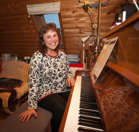 Vessela underviser i piano og morsmål i tillegg til å arrangere kunstkurs for barn.