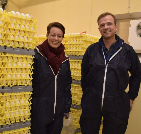 Lærdom: Stortingsrepresentant Line Hjemdal (KrF) besøkte eggprodusent Lars Holene som får hønene levert av nabo og kyllingoppdretter Ole-Andreas Oraug. Hjemdal ville lære om produksjonen.