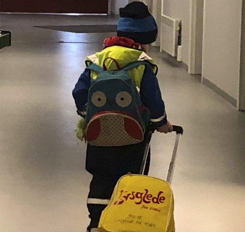 Gledesspredere: På besøket på sykehjemmet har barna med seg en sekk med tegnesaker, bøker og gule t-skjorter som viser at barna er gledesspredere i prosjektet Livsglede for eldre.